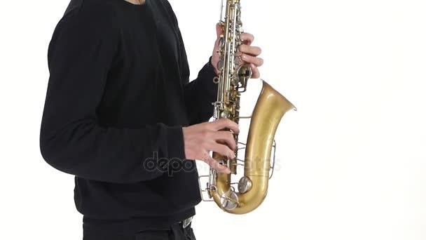 Szóló szaxofon. Ember fiatal zenész játszott a lassú mozgás