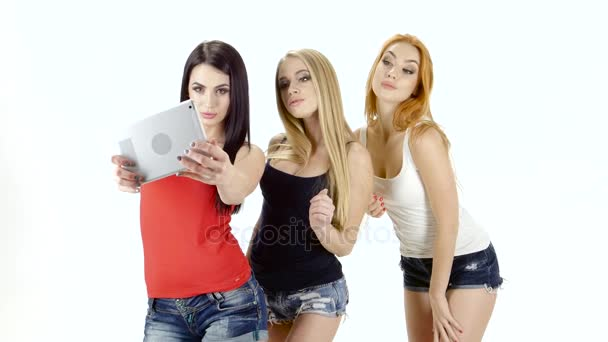 Selfie fotografie na tabletu se bruneta, zrzka a Blondýnka