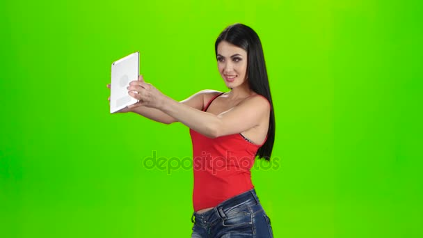 Barna így táblaszámítógépet használ fénykép. Zöld képernyő stúdió