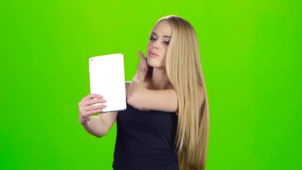 blondinka-pered-veb-kameroy