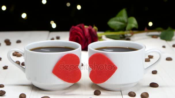 Romantik in Valentinstag. Zwei Tassen Kaffee für sweethearts
