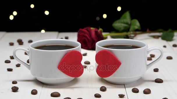 romantischer Abend. Paar verliebter Menschen. Tasse Kaffee