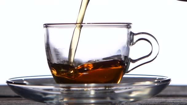 Šálek lahodné voňavé černého čaje k snídani. Bílé pozadí