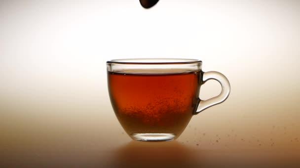 Vmíchejte cukr malý šálek horkého čaje. Studio