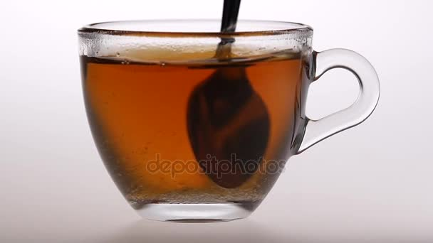 Lžící vmíchejte cukr černého čaje. Zpomalený pohyb