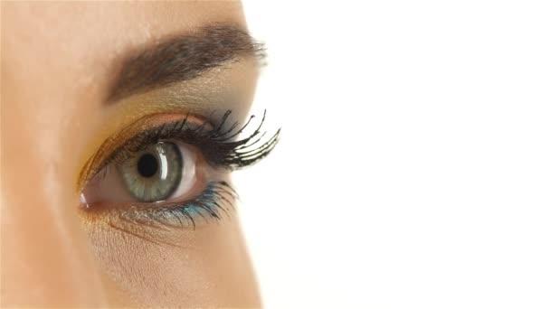 Dívka s šedýma očima, otevře oči, žák rozšiřovat, zavírání zužuje. Detailní záběr