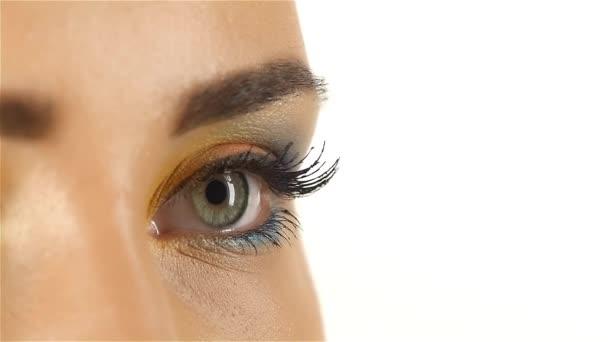 Dívka s šedýma očima, otevře oči, žák rozšiřovat, zavírání zužuje. Closeup. Zpomalený pohyb
