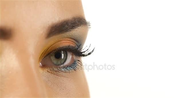 Lány szürke szeme, a szeme, a tanuló záró mécses kibontásához nyitja meg. Vértes. Lassú mozgás