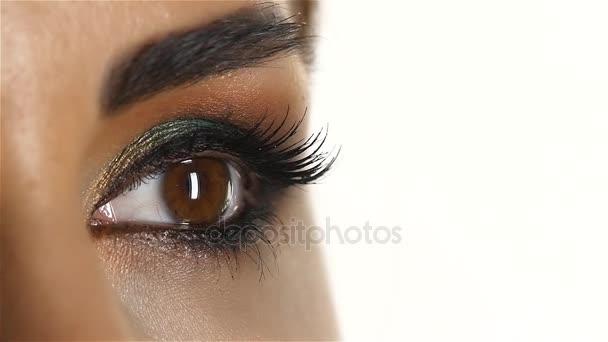 Mädchen mit Make-up und geschlossenen Augen und öffnet es blinzelt. Nahaufnahme. Zeitlupe