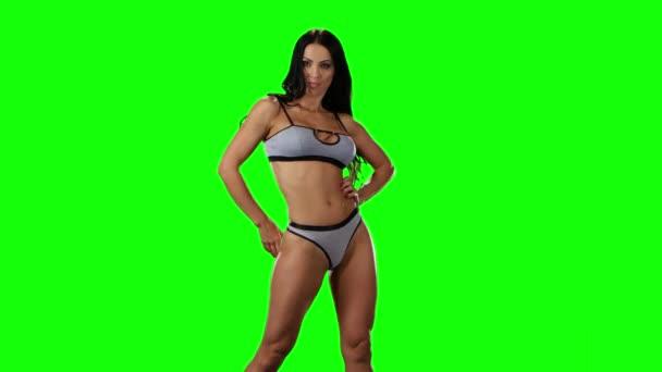 Ragazza calda del brunette ballare in bikini. Schermo verde