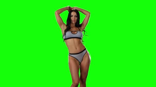 Zelená obrazovka. Horké brunetka tancování v bikinách
