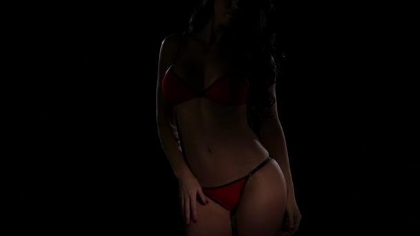 Červené spodní prádlo na dívku. Erotický náboj k tělu