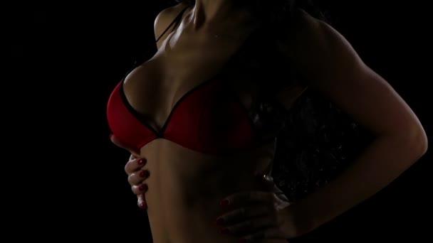 Nackte Frauenkörper in rote Unterwäsche. Dunklen studio