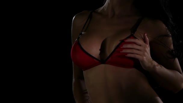 Nahé ženské tělo v červené spodní prádlo. Zpomalený pohyb
