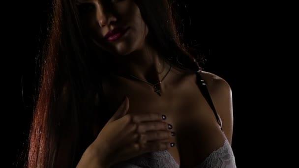 Closeup. Sexy svůdná dívka v bílém prádle. Zpomalený pohyb