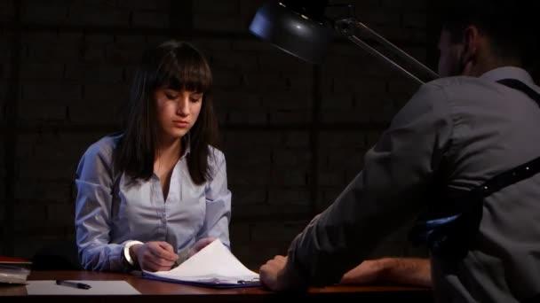 Detektiv člověka přinutí dívku zločince napsat zpovědi