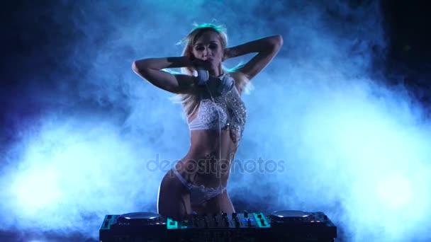 sexy DJ-Mädchen in weißen Dessous mit Funkeln. Rauchstudio