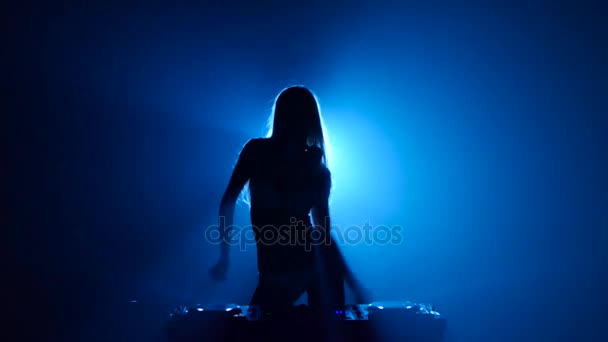 Blond žena dj hraje skladby a eroticky tance silueta