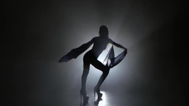 c6310fad26fc Mujer sexualmente bailando en el estudio de fondo oscuro con humo ...