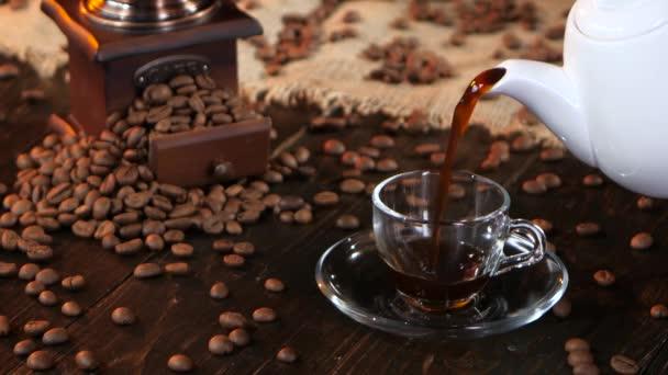Šálek ráno čerstvé voňavé horké černé kávy k snídani