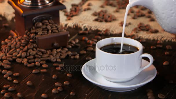 V šálku černé kávy espreso nalil čerstvého mléka nebo smetany