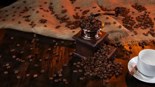 Dřevěný stůl s kávomlýnek s kávová zrna
