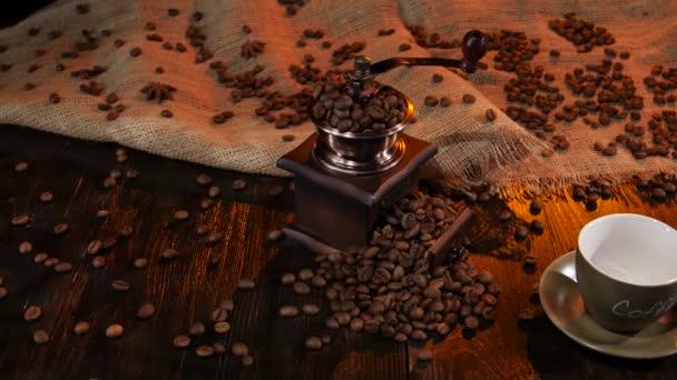 Prázdný pohár s názvem Káva na dřevěný stůl