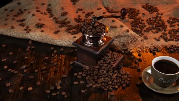 Hrnek černý horká káva a fazole roztroušených na stůl