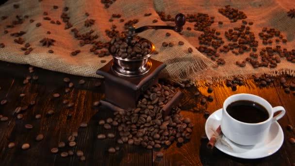 Bílý hrnek s černou kávou na dřevěný stůl. Studio