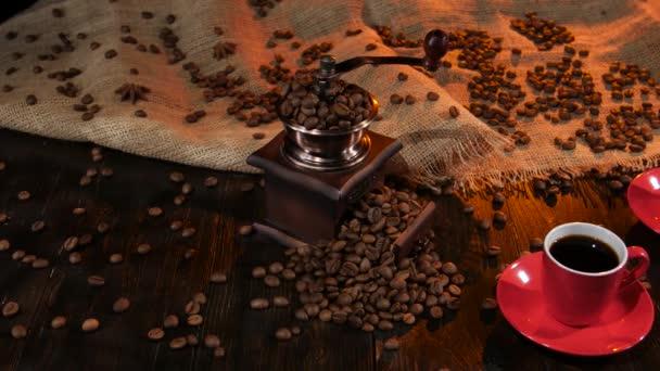 Dvě červené šálky s černou kávou na dřevěný stůl