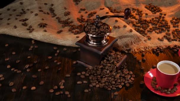 Antik asztal latte két csésze kávé malom