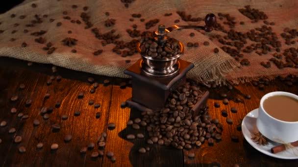 Šálek čerstvě uvařené latte a mléko džbán. Kávová zrna