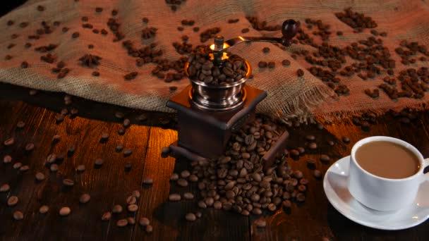 Tej jug és csésze frissen főzött latte. Stúdió
