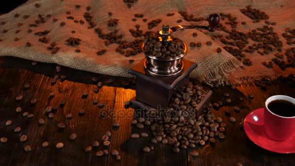 Szemes kávé és eszpresszó csésze kávédaráló