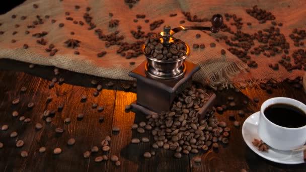 Bílý hrnek s černou kávou na talířek se skořicí