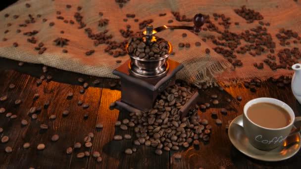 Pohár s latte a bílou konvici na dřevěný stůl. Studio