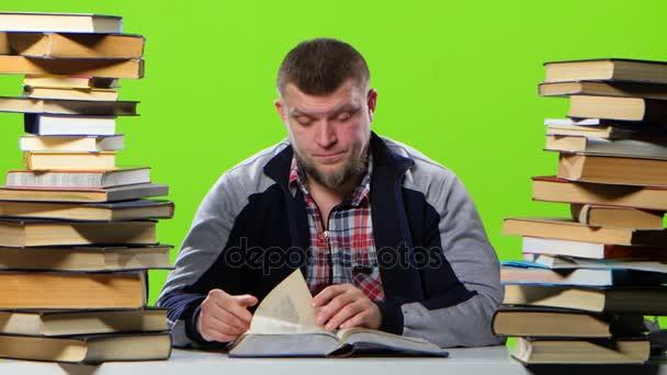 Muž sedící u stolu začne zaplňovat. Zelená obrazovka