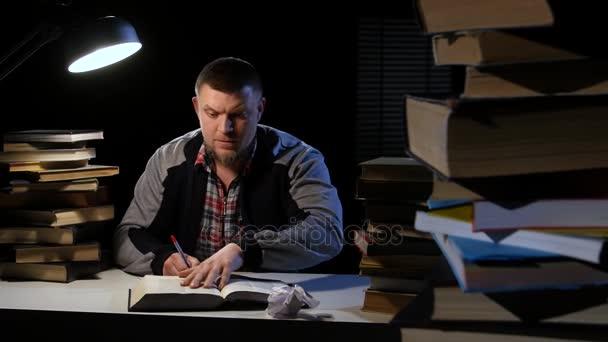 Ember, leafing keresztül a könyvet, és nem találtam, amit ő látszó rastroilas, és dühös. Fekete háttér