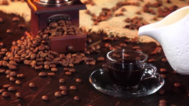Šálek čerstvé kávy s mlékem na snídani. Zpomalený pohyb