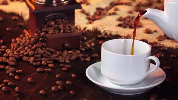 Černou kávu u snídaně v pomalém pohybu