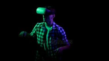 Muž, hraní online her v virtuální realita brýle. Černý studio