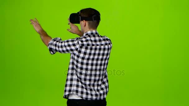 Muž v vr brýle na hlavě. Pohled zezadu. Zelená obrazovka