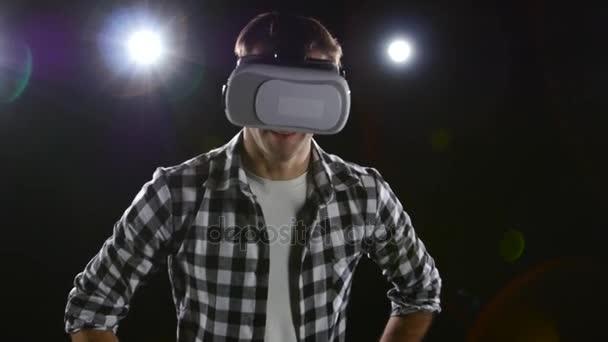 Muž s potěšením sledoval v virtuální realita brýle. Černý studio
