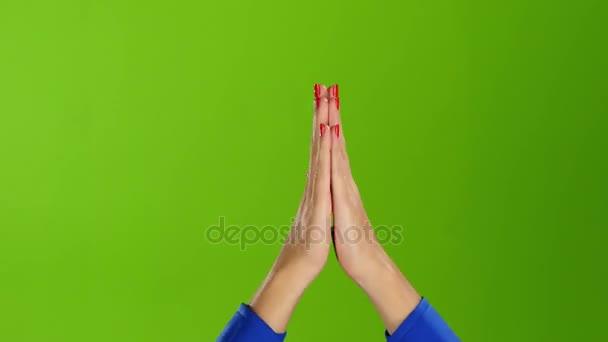 Žena rukama tleskal rovné zápěstí. Zelená obrazovka studio