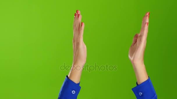 Zelená obrazovka studio. Žena rukama tleskal rovné zápěstí