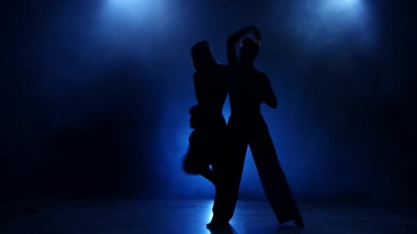 Silueta dvojice tanečnic rumba tanec v zakouřené studio
