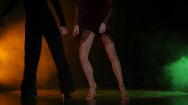 Taneční prvek z latinamerican, pár šampionů. Barva pozadí