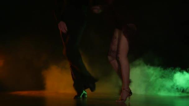 Taneční prvek z rumby, pár šampionů. Barva pozadí