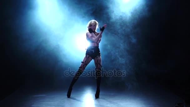 Sexy tanečnice, prokazující její dokonalé tělo. Zakouřený studio, pomalý pohyb