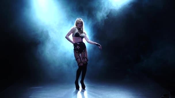 blonde Tänzerin demonstriert ihren perfekten Körper. verrauchtes Studio, Zeitlupe